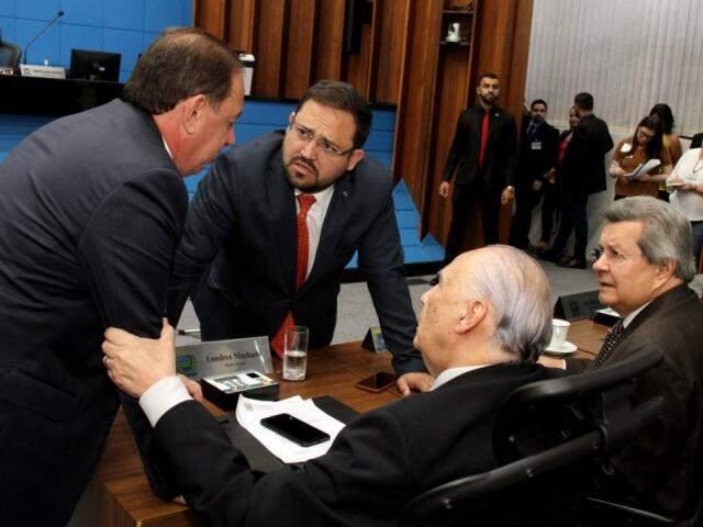 Deputados Gerson Claro (PP), Márcio Fernandes (MDB), autor do projeto, ao lado de Londres Machado (PSD) e Onevan de Matos (PSDB), durante sessão (Foto: Wagner Guimarães/ALMS)