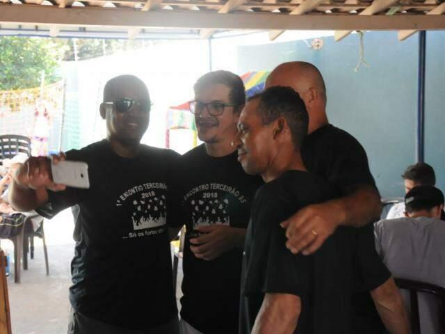 Na foto, Gerson segura o celular para selfie. (Foto: Paulo Francis)