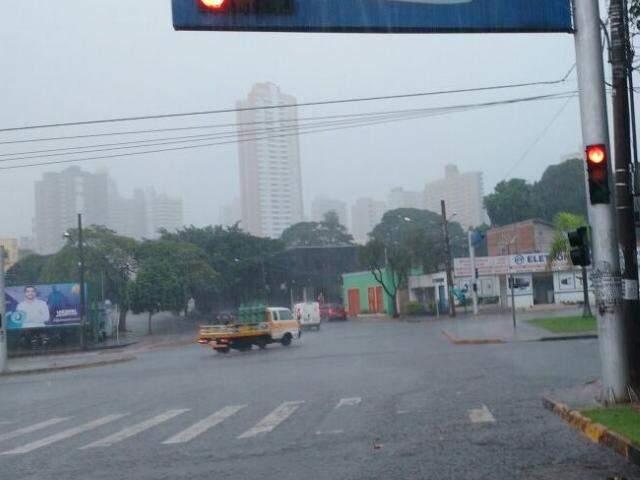 Chove forte nessa manhã em Campo Grande. (Foto: Yarima Mecchi )