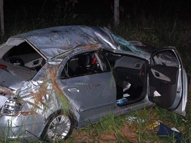 Veículo capotou e parou às margens da rodovia. (Foto: Acácio Gomes/Nova News)