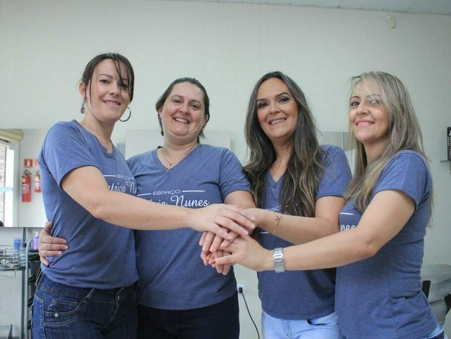 Na sequência, Sirlene, Silvana, Patrícia e Sirlei, irmãs que lutam de mãos dadas contra o preconceito.(Foto: Marina Pacheco)