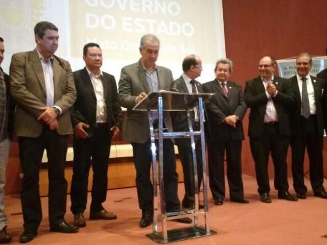 Governador Reinaldo Azambuja (PSDB), no centro, assinando o termo de acordo. (Foto: Leonardo Rocha).