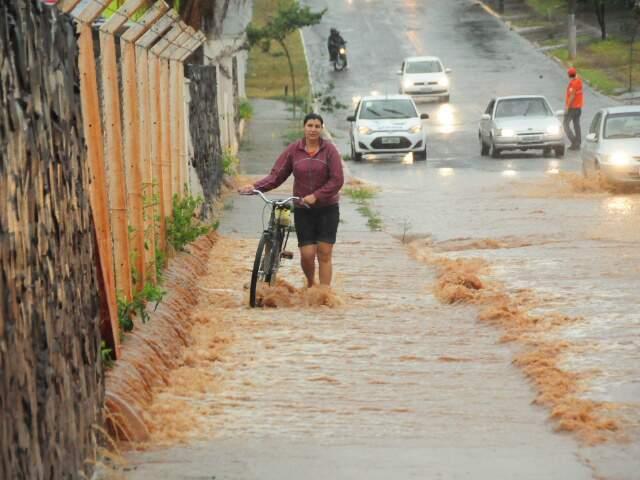 Moradora enfrenta rua alagada. (Fotos: Rodrigo Pazinato)