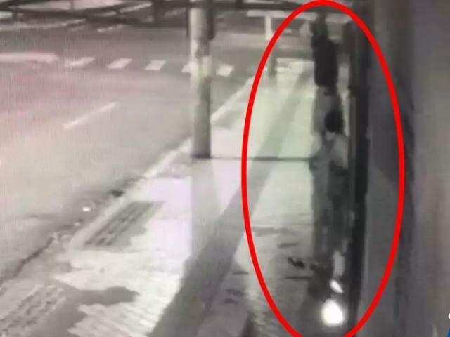 Momento em que bandido retira lampada de conveniência com a ajuda de comparsa (Foto: Reprodução)