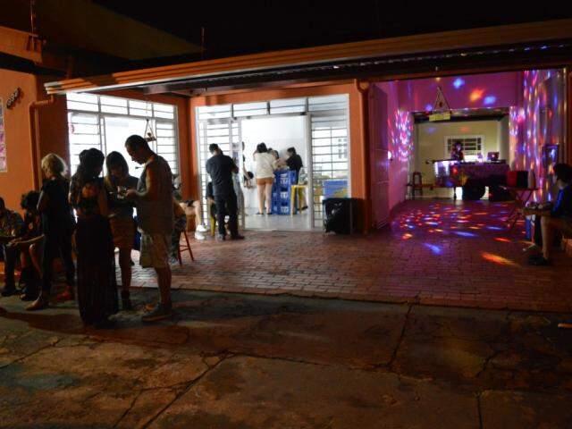 Música vem da garagem e salão ao lado é preenchido com todo tipo de arte. (Foto: Thailla Torres)