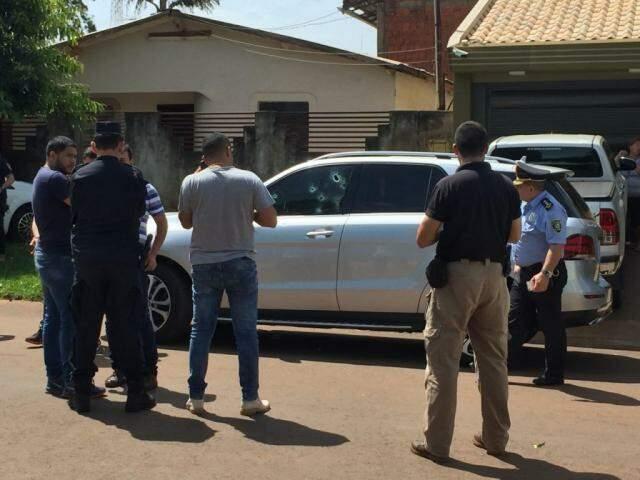 Policiais em volta da Mercedes Benz de comerciante morto a tiros hoje em Pedro Juan Caballero (Foto: Porã News)