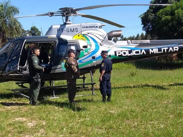 Helicóptero da PM de MS leva oficiais da Polícia Nacional para região onde ocorreu sequestro (Foto: Porã News)