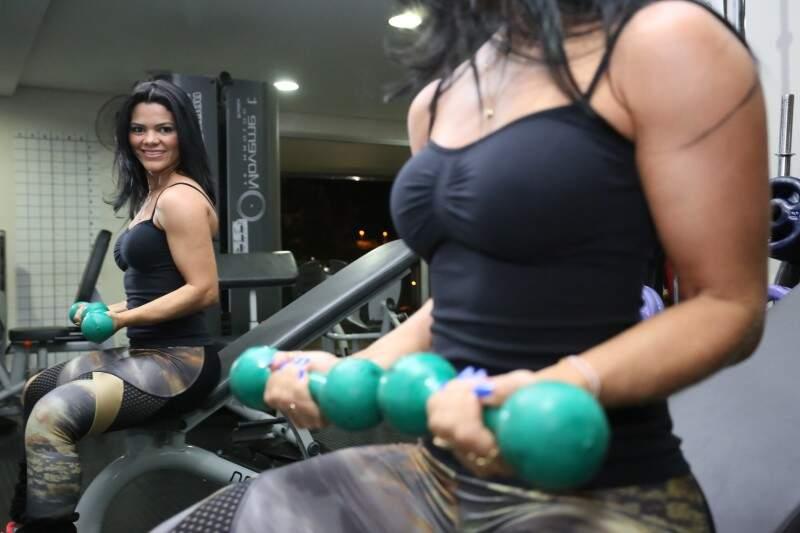 """No conjunto, Nídia é dona de um """"corpão"""" conquistado à prática da musculação há 14 anos. (Fotos: Marcelo Victor)"""