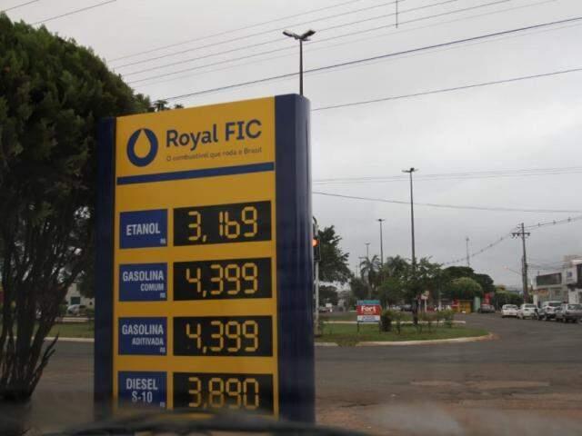 Na Avenida Marechal Deodoro, o Posto FIC descontou R$ 0,26 no diesel, que foi de R$ 4,15 para R$ 3,89 (Foto: Saul Schramm)