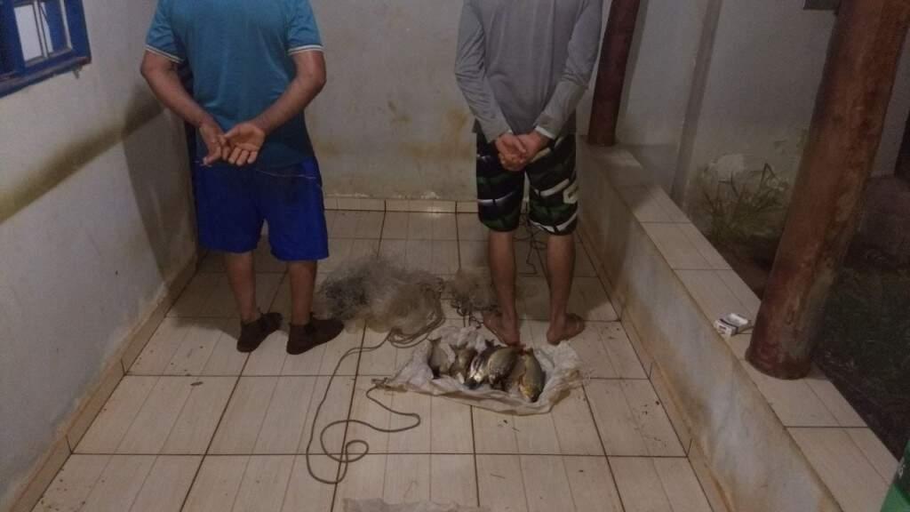 Pescadores de 40 e 57 anos foram presos fazendo arrastão com tarrafas (Foto: Divulgação/ PMA)