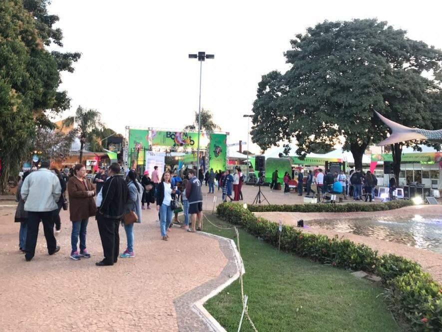 Praça da Liberdade, em Bonito, começa a ficar cheia para a abertura do Festival de Inverno, logo mais. (Foto: Lucimar Couto)