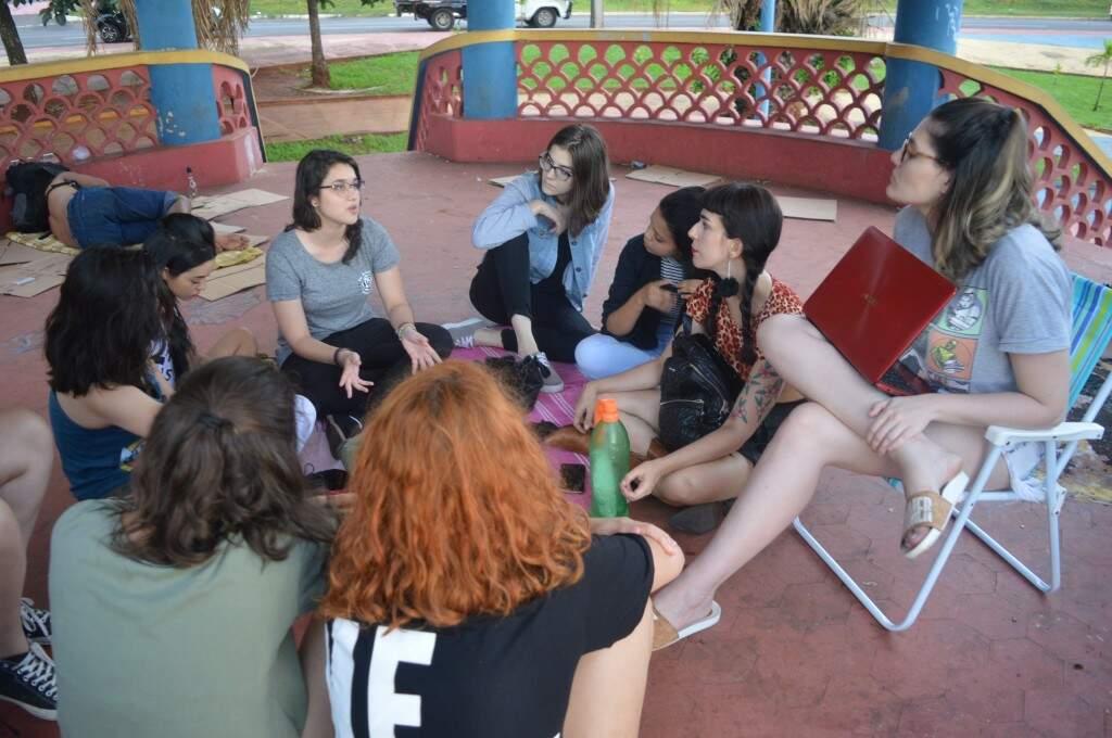 Grupo se reuniu em uma praça da cidade para trocar informações.