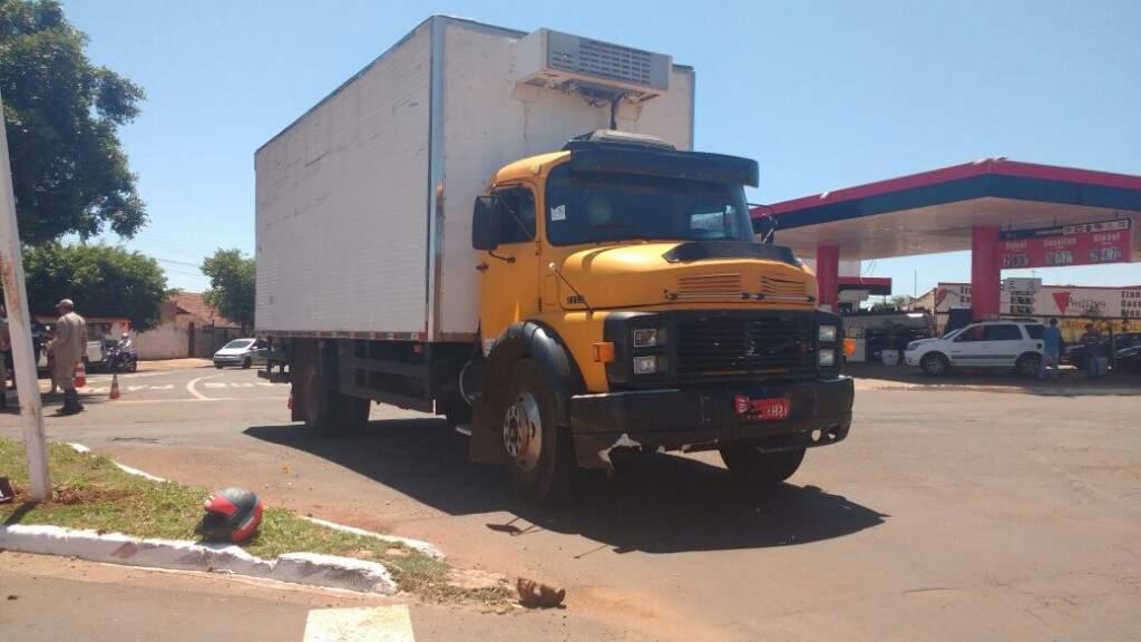 Caminhão frigorífico envolvido em acidente (Foto: Geisy Garnes)