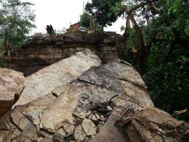 Pedras rolaram e foram parar às margens do rio Paraguai (Foto: Divulgação/Bombeiros Corumbá)