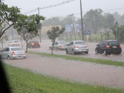 Água da chuva forma 'rio' e carros param na Cônsul Assaf Trad