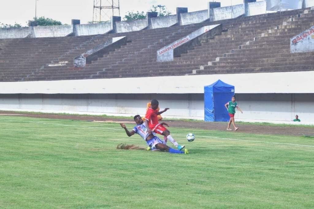 Jogadores disputam a bola no segundo tempo (Foto: Henrique Kawaminami)