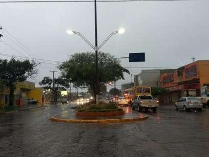 Alerta se confirma, temperatura cai e chuva engrossa em Dourados