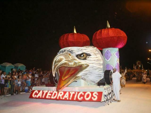 Catedráticos do samba abriu desfile com o símbolo da escola (Foto: Paulo Francis)