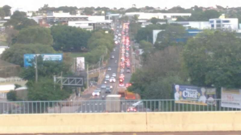 Por volta das 17h40 de hoje (25), mais de 100 veículos de passeio enfileiraram-se na avenida Afonso Pena e desceram a Ceará com bozinaço e pisca-alerta ligado. (Foto: Alcides Neto)
