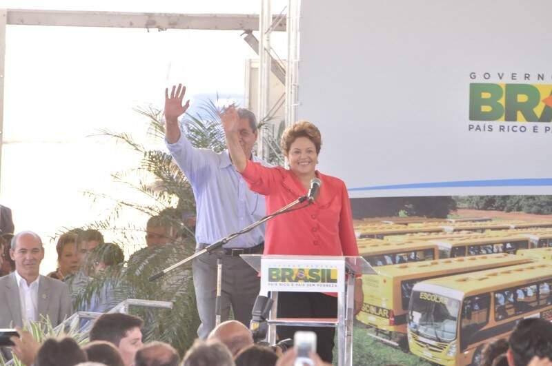 Puccinelli e Dilma cumprimentam público. (Foto: João Garrigó)