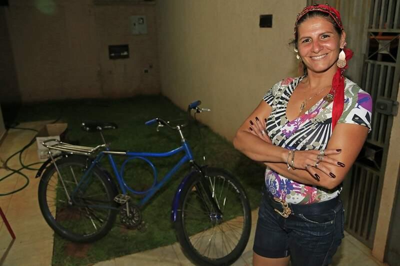 """""""Bailarina da Bicicleta"""" comemora fama de mulher mais alegre da cidade"""