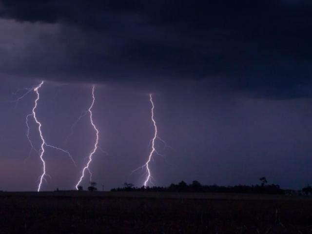 Três raios caíram ao mesmo tempo, numa área rural perto de Dourados em outubro deste ano (Foto: Maycon Zanata)