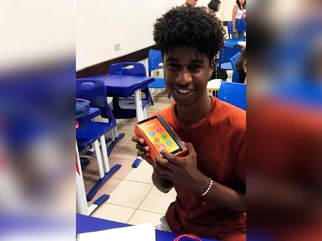 Alessandro ganhou celular novo após ser assaltado próximo a universidade. (Foto: Arquivo Pessoal)