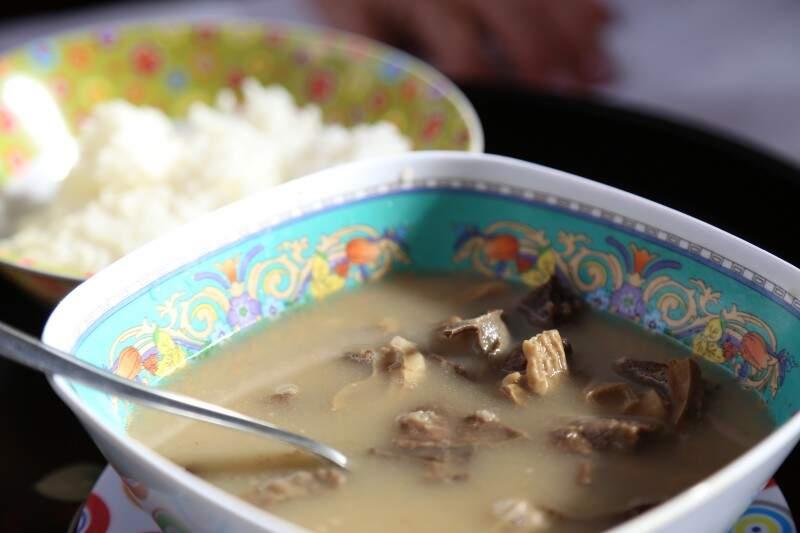 O prato típico Okinawa tem um sabor forte e é servido com arroz e gengibre. (Foto: Fernando Antunes)