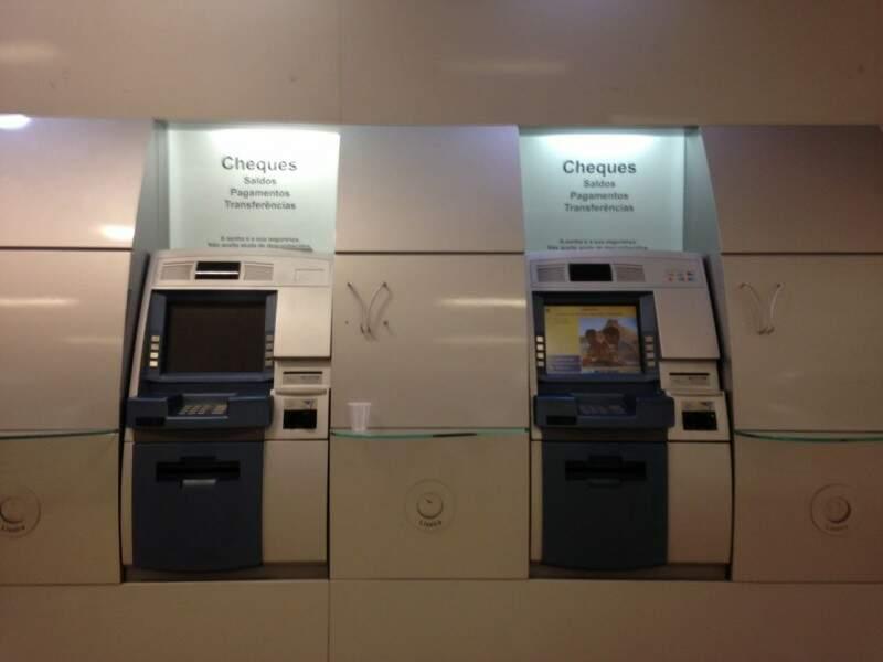 De 20 caixas eletrônicos, apenas 9 funcionam na manhã desta terça-feira (24). (Foto: Elci Holsback)