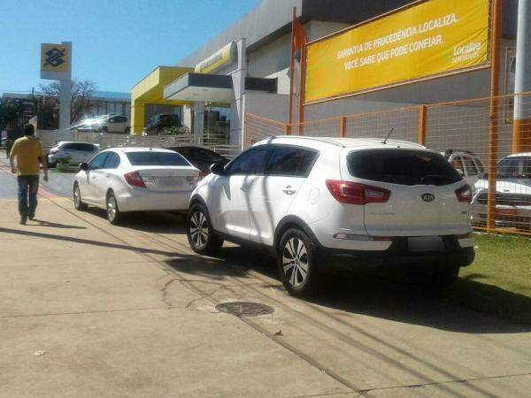 Carros estacionados na calçada da Av Afonso Pena na manhã desta quinta-feira (01) (Foto: Direto das ruas)