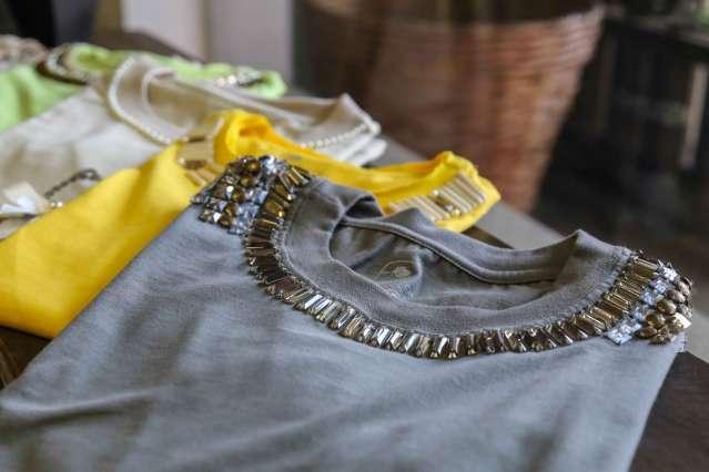 Mineira abre loja para ganhar dinheiro customizando roupas básicas