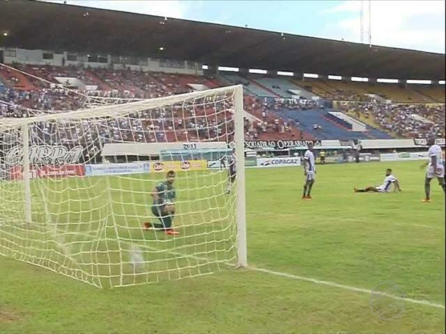 Lance do jogo deste domingo entre Operário e Corumbaense (Foto: TV Morena/Reprodução)