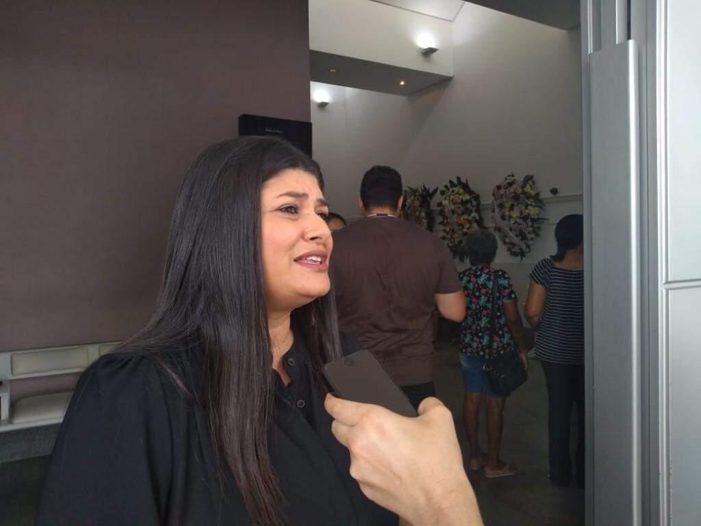 Deputada federal Rose Modesto (PSDB) durante entrevista no velório da professora nesta segunda-feira. (Foto: Mirian Machado).