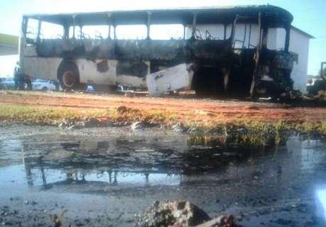 Cinco dias após atentados, ônibus é incendiado em posto de combustíveis