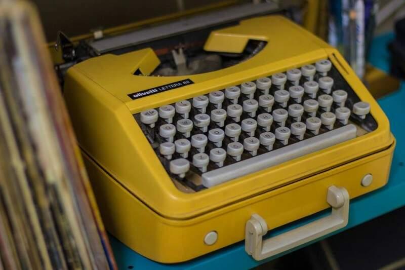 Detalhes do passado vem da máquina de escrever que era do pai de Lauren. (Foto: Fernando Antunes)