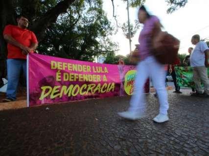 Em defesa de Lula e contra condenação, grupo protesta no Centro da Capital