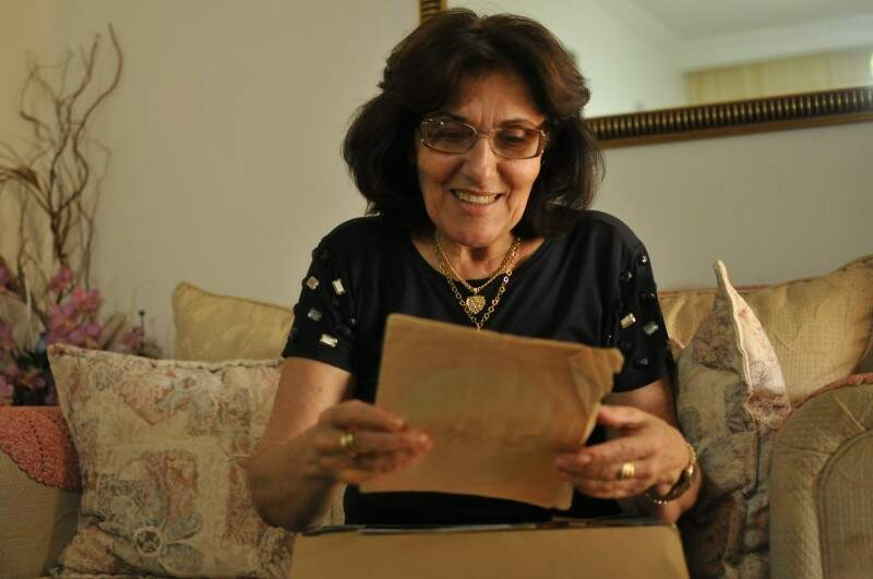 Filha Marli relê a primeira carta, de 17 de outubro de 1957.(Foto: Alcides Neto)