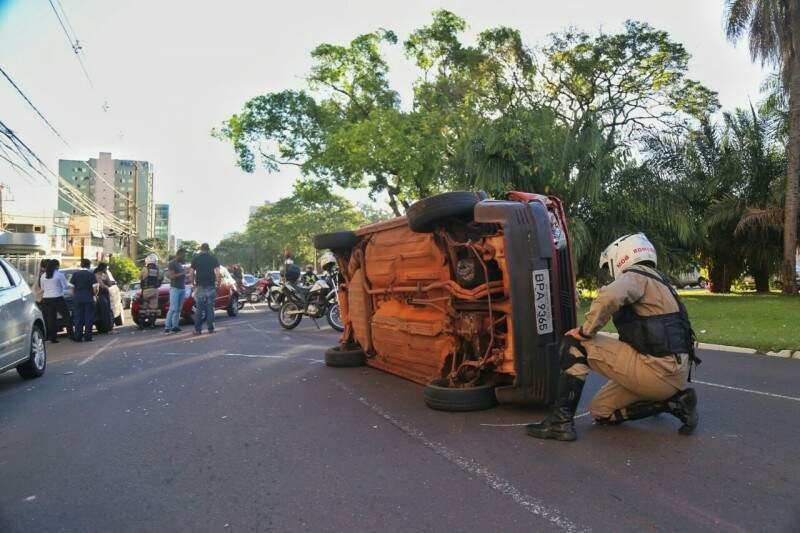 Veículo ficou tombado no meio da via. (Foto: Fernando Antunes)