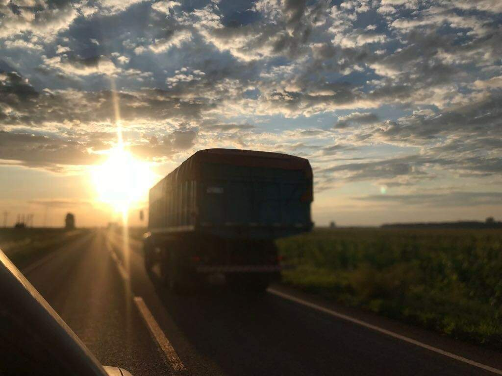 Um dos dois caminhões flagrados rodando na rodovia BR-267 ao por do sol desta tarde (Foto: Silvana Echeverria)