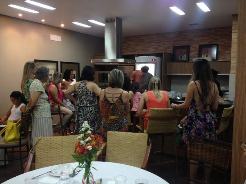 Com um chef de cozinha na bancada, os convidados se sentaram em volta para acompanhar passo a passo do preparo. (Foto: Paula Maciulevicius)