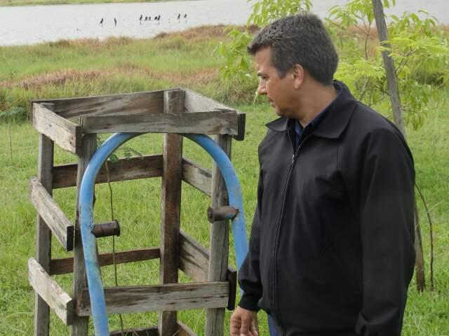 Carcaça de lixeira explica a sujeira relatada pela vizinhança na lagoa. (Foto: Pedro Peralta)