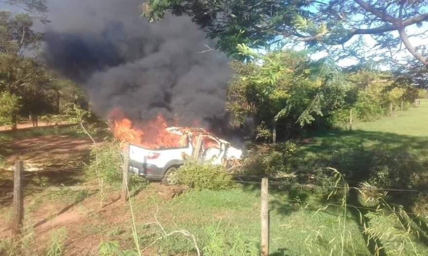 Picape foi destruída pelo fogo (Foto: MS News)