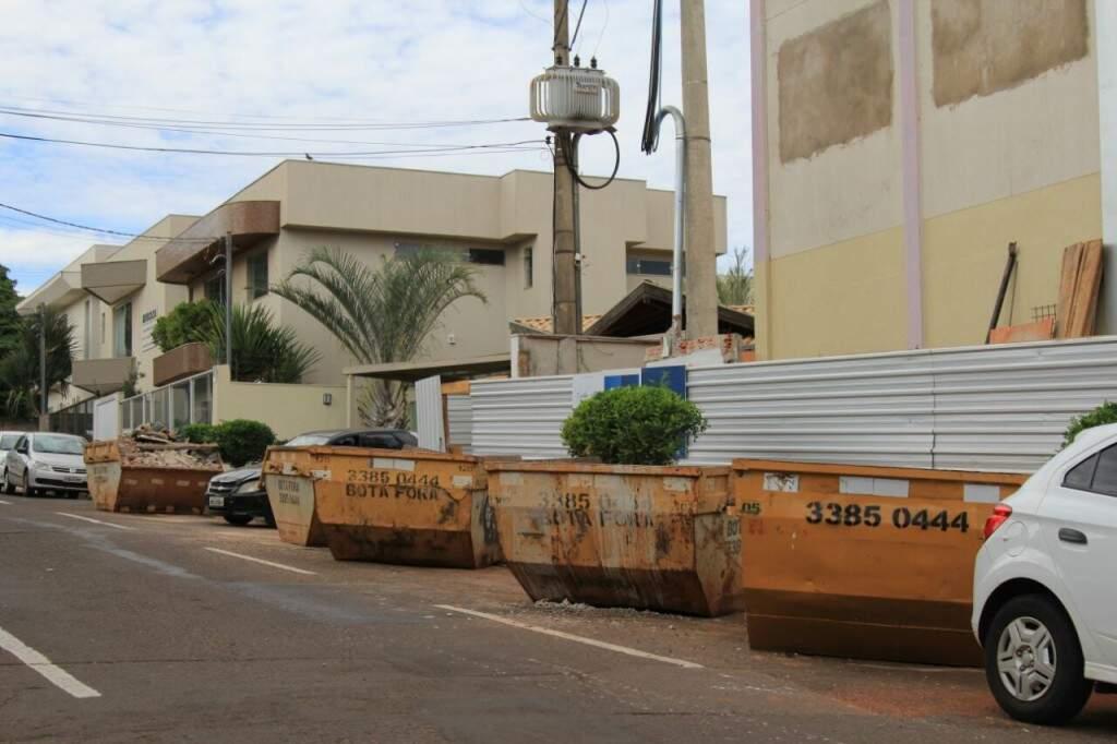 Fiscalização zero: caçambas de entulho ocupam vagas na rua Piratininga. (Foto: Marina Pacheco)