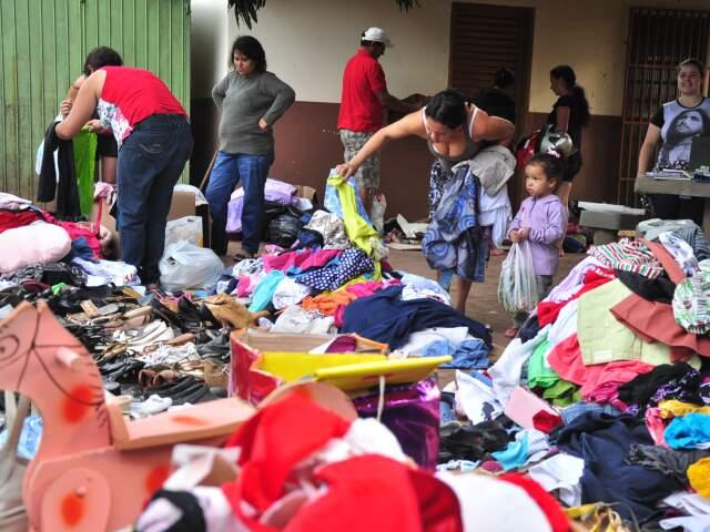 Moradores do bairro Nova Lima e região aproveitaram a manhã de comingo para fazer compras (Foto: João Garrigó)