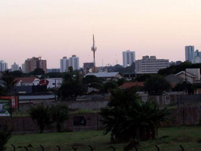 O dia amanheceu com céu claro em Campo Grande e não há previsão de chuva para a cidade  (Foto: Saul Schramm)