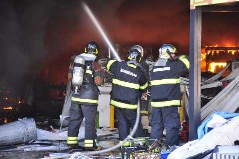 Bombeiros usaram 100 mil litros de água para apagar incêndio no Planeta Real