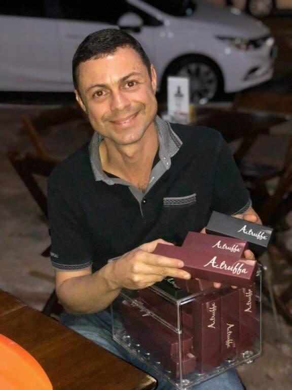 Fábio apresenta suas trufas alcoolicas também nas calçadas dos bares de Campo Grande. (Foto: Gilson Rocha)
