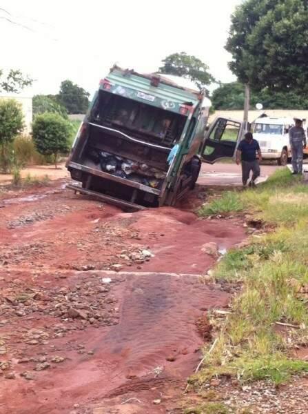 Via está praticamente intransitável para veículos (foto: Marlon Camargo)
