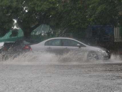 Após tempo amanhecer nublado, pancadas de chuva atingem a Capital