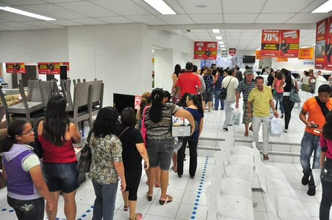 Depois das compras, consumidores enfrentam outra fila para pagar e levar produtos para casa (Foto: João Garrigó)